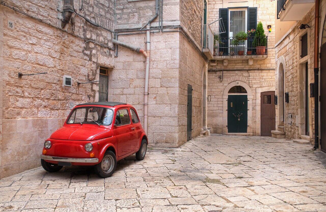 Auto in straatje Zuid Italië